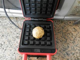华夫饼(发酵版),华夫饼模具上刷油,预热后放上一个面团。