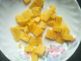 芒果班戟,芒果去皮后切小粒。