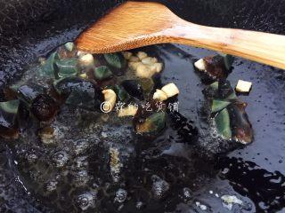 上汤豌豆苗,随后加入皮蛋一起煸炒。
