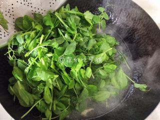 上汤豌豆苗,水开后加入豌豆苗。