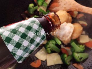 什锦炒素,随后加入一点点的蚝油吊吊鲜(约三分之一勺的量)。
