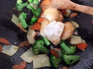 什锦炒素,最后是油面筋(油面筋的话,提前稍稍掰碎点,凉水里浸泡一下,不然很容易炒出来是硬硬的一坨疙瘩)。