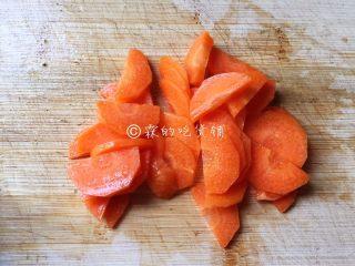 什锦炒素,胡萝卜去外皮后切片。