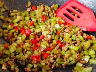 肉末芹菜,继续炒匀加少许红椒末即可关火!