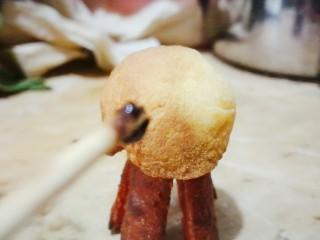 丑章鱼(炸火腿肠),用牙签在上面画一些你喜欢的造型