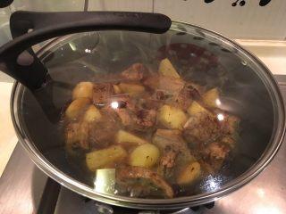 土豆烧排骨,盖起来中小火焖煮至汤汁收干