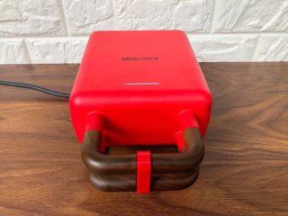 快手三明治,把早餐机的烤盘取下来清洗干净,擦干以后再放入机器里,然后插上电机器预热1分钟。