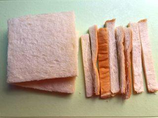 快手三明治,把吐司四周的边切掉,这样做出来更好看些,当然不切也可以。