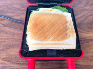 快手三明治,烤好以后,打开盖子,把三明治夹到盘里就可以了。
