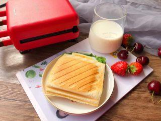 快手三明治,美味的三明治做好了,配上一杯牛奶和水果,营养又健康的早餐,只需要10分钟就搞定,是不是特方便。
