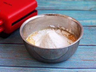 香草味水果华夫饼,筛入低筋面粉和泡打粉。