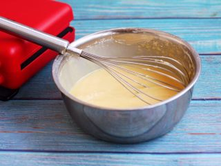 香草味水果华夫饼,搅拌成糊状。