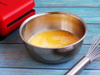 香草味水果华夫饼,将鸡蛋用手动打蛋器打散,然后加入盐、细砂糖、牛奶、香草精,搅打均匀。
