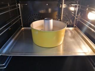 海苔肉松戚风蛋糕,预热烤箱上下火170度,将蛋糕糊倒入模具里,放入烤箱中层,烤40分钟。