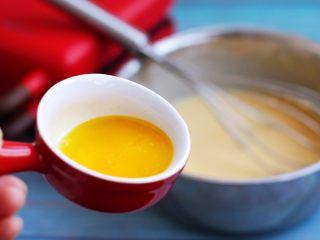 香草味水果华夫饼,加入黄油,混合均匀为细腻可流动的糊状,静置30分钟。