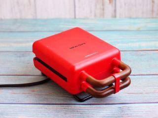 香草味水果华夫饼,接上华夫饼机器的电源,预热3分钟(指示灯灭了)。