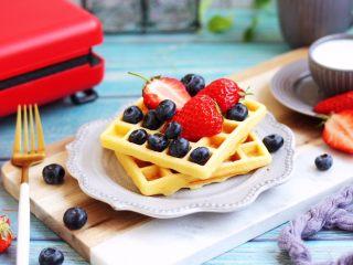 香草味水果华夫饼,华夫饼搭配不同的水果可以当早餐或者下午茶。