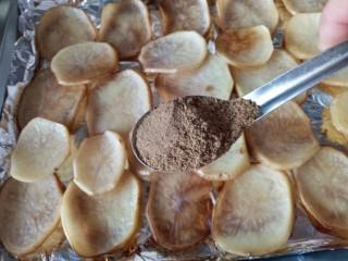 香辣孜然土豆片烤箱版,撒上孜然粉