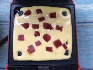 酸奶山楂糕华夫饼,放入山楂糕丁
