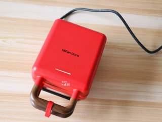 葱包烩,米凡欧斯迷你早餐机接通电源,开始预热(灯亮),用的是三明治烤盘;