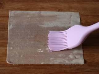 葱包烩,春卷皮正反面刷少许水;