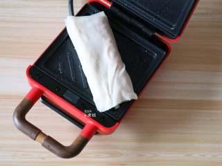 葱包烩,放入包好的葱包烩;