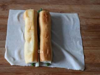 葱包烩,放上葱段和油条;