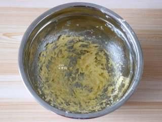 紫薯夹心华夫饼,黄油软化后加入白砂糖和盐搅拌均匀,用电动打蛋器打发至颜色变浅蓬松状态;