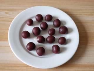 紫薯夹心华夫饼,紫薯馅也一一分成5g一个,揉圆;