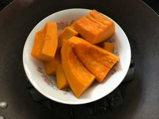 红豆沙南瓜小圆子,南瓜去皮洗净,切块,放蒸锅蒸熟。
