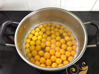 红豆沙南瓜小圆子,大火煮开后转小火,煮至小圆子浮起后捞出。