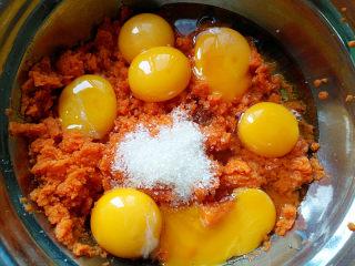 胡萝卜戚风,分蛋时直接把蛋黄打在胡萝卜泥盆中