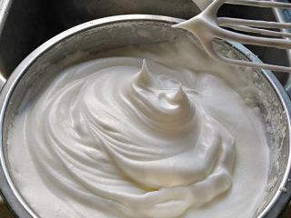 胡萝卜戚风,蛋清分三次加入80克白糖,打到干性发泡