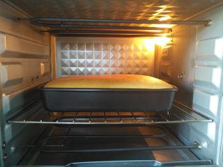 胡萝卜戚风,放入预热好的烤箱中下层,上下火130度30分钟,转135度,烘烤30分钟