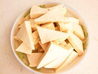 尖椒烧豆泡,把北豆腐切成三角块