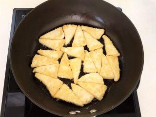 尖椒烧豆泡,炒锅烧热后刷一层玉米油,然后放入裹好面粉的豆腐块