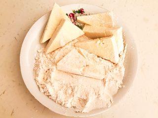 尖椒烧豆泡,把北豆腐放在面粉里,让豆腐均匀的裹上一层薄薄的面粉