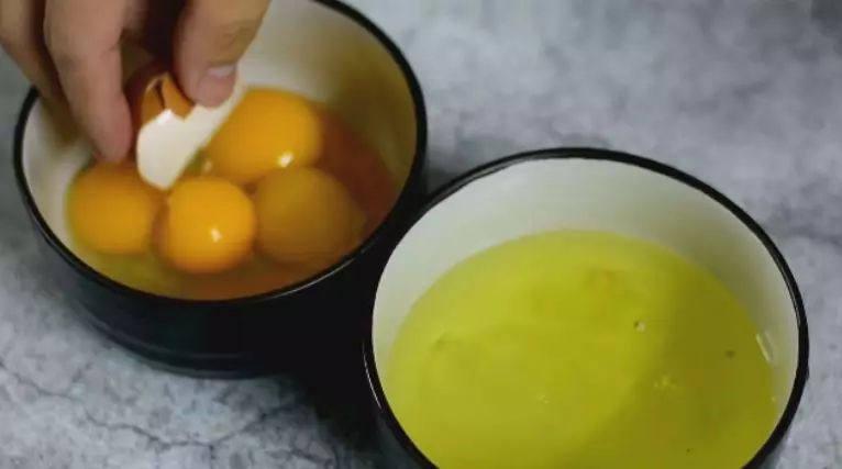 """做法真的很简单!味道真的超乎想象的美味!""""本帮赛螃蟹"""",将鸡蛋的蛋白与蛋黄分离"""