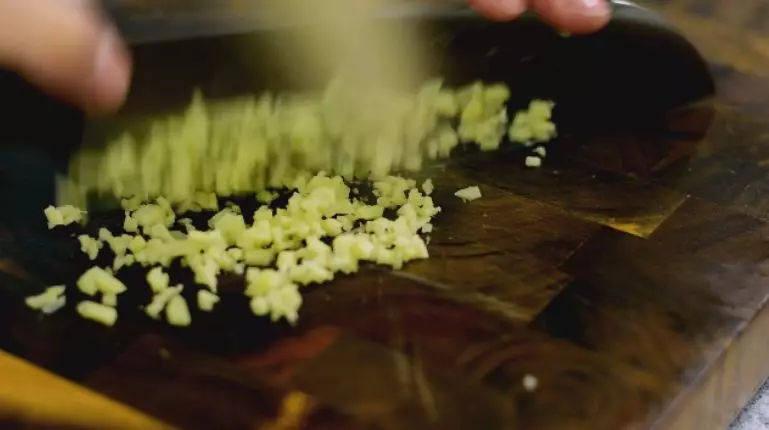"""做法真的很简单!味道真的超乎想象的美味!""""本帮赛螃蟹"""",姜改刀切末备用"""