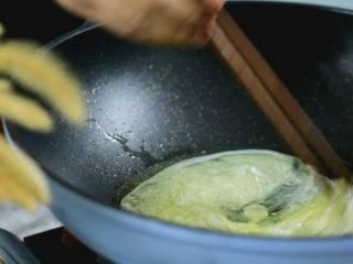 """做法真的很简单!味道真的超乎想象的美味!""""本帮赛螃蟹"""",起油锅,将蛋白倒入锅中,快速划散"""