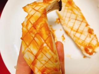 味噌酱烧杏鲍菇,酱油1汤匙+味噌1.5汤匙,於碗中拌匀后,以汤匙涂抹在已画好十字纹的杏鲍菇片上。 *涂抹时可让杏鲍菇的线条稍微往外延展,让酱料尽可能塞满杏鲍菇十字纹缝隙中。