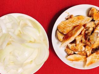 味噌酱烧杏鲍菇,备好洋葱、杏鲍菇,即可准备开火了