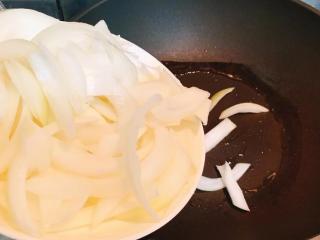味噌酱烧杏鲍菇,平底锅倒入适量油,以中火热锅,放入洋葱