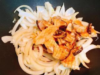 味噌酱烧杏鲍菇,完全倒入后,以这个状态盖上锅盖,以中火闷约2分钟(闷至酱汁差不多快收乾时)