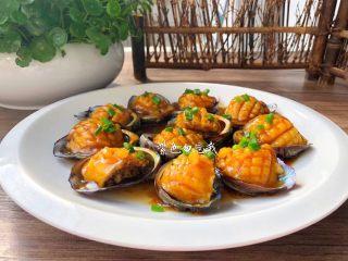 美味鲍鱼,把做好的鲍鱼肉放入鲍鱼壳里,再浇上芡汁,撒上葱花即可。