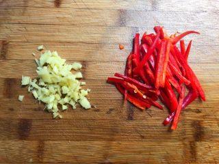 豆芽炒韭菜,红辣椒去掉辣椒籽,清洗干净,切成辣椒丝,生姜去皮清洗干净,切成姜末待用。