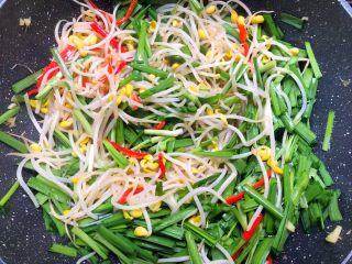 豆芽炒韭菜,再倒入韭菜,翻炒至韭菜熟为止。
