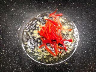 豆芽炒韭菜,锅里放入适量油烧热,放入姜末炒香,再放入红椒丝炒至断生。