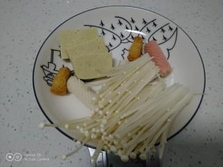 鸡汤炖金针菇,冻豆腐解冻后切片,金针菇洗净。