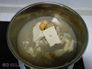 鸡汤炖金针菇,水开后加入豆腐和肠。